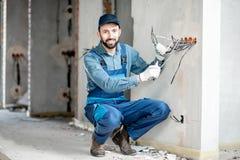 Electricista que monta el cableado dentro fotografía de archivo libre de regalías