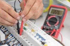 Electricista que prueba un panel elegante el?ctrico foto de archivo libre de regalías