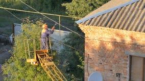 Electricista que repara líneas eléctricas en vecindad residencial almacen de video