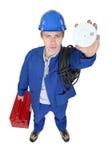 Electricista que lleva a cabo la alarma de humo Fotografía de archivo