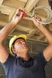 Electricista que trabaja en el cableado Fotografía de archivo libre de regalías