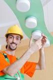 Electricista que trabaja en el cableado Fotos de archivo libres de regalías
