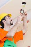 Electricista que trabaja en el cableado Imágenes de archivo libres de regalías