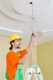 Electricista que trabaja en el cableado Fotografía de archivo