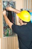 Electricista que trabaja en el panel eléctrico Imagen de archivo