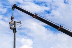 Electricista que trabaja en polo de la energía eléctrica Imagen de archivo