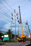 Electricista que trabaja en polo eléctrico Foto de archivo libre de regalías