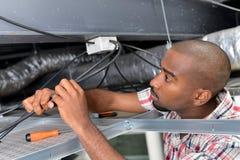 Electricista que trabaja en portilla del techo fotografía de archivo libre de regalías