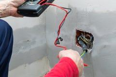 Electricista que usa el volt?metro imagen de archivo libre de regalías