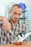 Electricista que usa los alicates de los pares Fotografía de archivo libre de regalías