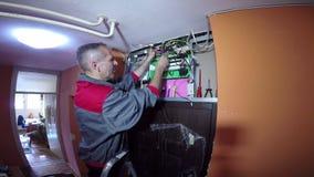 Electricista Specializing en el cableado eléctrico de edificios almacen de video