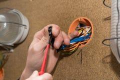 Electricistas atornillados en el terminal Imagen de archivo libre de regalías