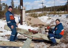 Electricistas de los trabajadores jovenes. Caída del sistema Imagen de archivo libre de regalías