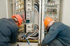 Electricistas en el trabajo fotos de archivo