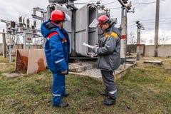 Electricistas en la subestación Imagen de archivo libre de regalías