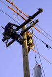 Electricistas en poste Fotografía de archivo
