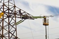 Electricistas en trabajo a gran altitud foto de archivo