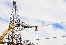 Electricistas en trabajo a gran altitud imágenes de archivo libres de regalías