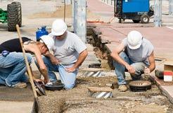 Electricistas que instalan luces Fotos de archivo