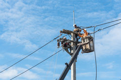 Electricistas que instalan nuevas líneas eléctricas Foto de archivo