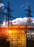 electricity Τάση σημαδιών επικίνδυνα στο υπόβαθρο υψηλού στοκ εικόνες με δικαίωμα ελεύθερης χρήσης
