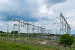 electricity Υψηλής τάσεως υποσταθμός με τους διακόπτες και τα disconnectors στοκ εικόνα με δικαίωμα ελεύθερης χρήσης