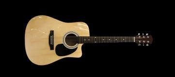 Electro akustisk gitarr som isoleras på svart bakgrund Fotografering för Bildbyråer