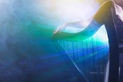 Electro arpa en los rayos de la luz imagenes de archivo