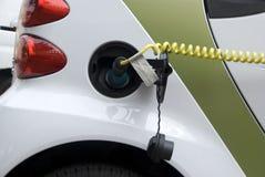 Electro coche de la E-Movilidad que consigue energía sostenible imagenes de archivo