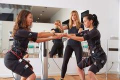 Electro ejercicios de las mujeres del estímulo del ccsme imagen de archivo libre de regalías