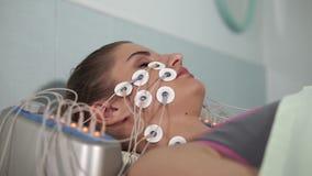 Electro estímulo facial Procedimiento paciente de la revitalización de la mujer que consigue metrajes