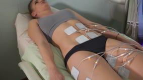 Electro estímulo que consigue paciente femenino Cosmetología del hardware almacen de video