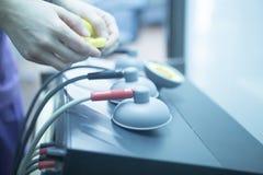 Electro estímulo usado para tratar dolor fotografía de archivo libre de regalías