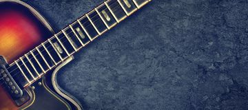 Electro guitarra del viejo jazz en un fondo oscuro Cierre para arriba Copie el espacio Fondo para los festivales de m?sica, conci fotos de archivo libres de regalías