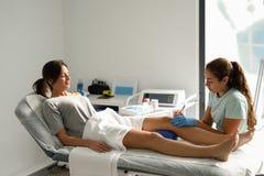 Electroacupuncture sec avec l'aiguille sur le genou femelle Images libres de droits