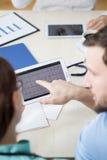 Electrocardiograma en la tableta digital imagen de archivo