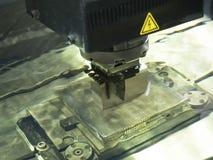 Electrod de l'utilisation EDM d'opérateur pour faire le moule de précision et à mourir photos libres de droits
