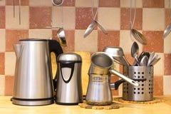Electrodomésticos que se colocan en el escritorio de la cocina fotografía de archivo libre de regalías