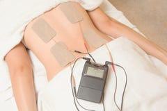 Electrodos del dispositivo de los diez en el músculo trasero imagenes de archivo