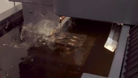 Electroerosive maskin för CNC EDM i processen stock video