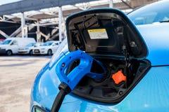 Electromobile com cabo de carregamento imagem de stock royalty free