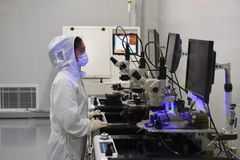 Electron microscope-Dustless Laboratory. The staff operates the electron microscope in the dust-free laboratory. The marking of modern industry Stock Photos