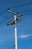 Electronicity stolpe på blå himmel Arkivbild