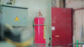 Electroshield y un extintor en la fábrica 4K almacen de metraje de vídeo