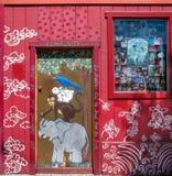 Elefant-, Affe-, Kaninchen- und Vogelmalerei auf Tür, San Francisc Lizenzfreie Stockfotos