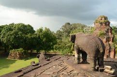 Elefant, der den Bakong-Tempel im Roluos-Komplex nahe Angkor schützt Lizenzfreies Stockbild