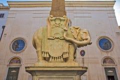 Elefant med den egyptiska obelisken som är främst av kyrkliga Santa Maria Minerva i Rome Arkivfoton