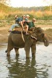 Elefant mit Touristen in Nepal Lizenzfreie Stockfotos