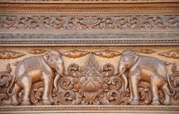 Elefant schnitzte auf dem Holz im thailändischen Tempel Stockbilder