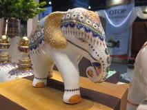 Elefant som göras av thailändskt porslin Royaltyfri Fotografi